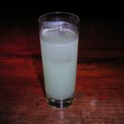 カクテル335   ¥1,200  青林檎のリキュールを使った、さっぱりして飲みやすいカクテルです。335は、愛用ギターの品番です。 (推薦・命名者:ヨウスケ)