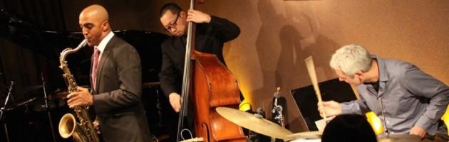ジャズらしいテナーの音色でジャズの名曲を演奏