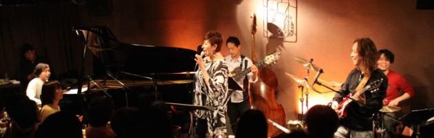 満席の客席に当店初の全て日本語のジャズアレンジソング