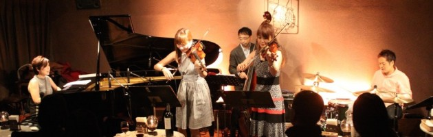 女性2弦フロントで華やかなジャズサウンド