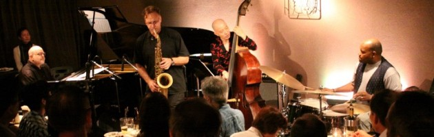 ニュー・ストレート・アヘッドなジャズに湧いた満席の客席