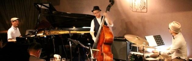 楽しみながら演奏するジャズテースト溢れるステージ