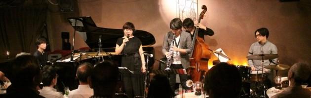 優しい声で歌う浩子さんの歌にうっとりするお客さまも