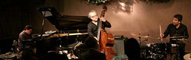 ジャズにこだわらない選曲で迫力あるベース演奏