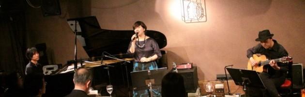 多彩なジャンルの優しい歌声に包まれたシックなステージ