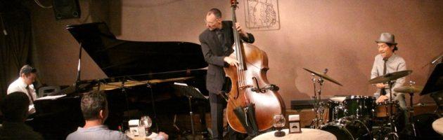 よくスウィングする気持ちのいいジャズ演奏者も楽しんで演奏