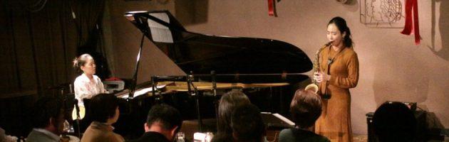意志のはっきりした男性的なタッチのピアノとのデュオ
