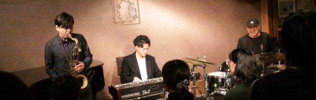 ボーカル曲の多い鈴木さんらしい選曲の心地よいトリオサウンド