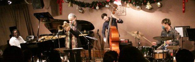 多くのクリスマスソングに心和んだ久々の満席札止めの店内