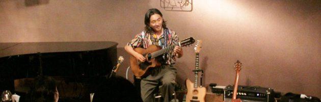 三本のギターを持ち替える美しい音色のギター世界に久々の満席の店内